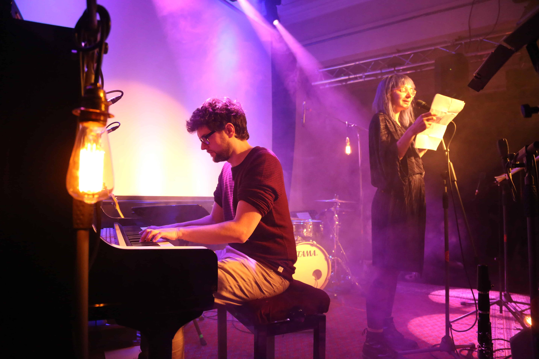 Philipp Hermann zum Jazz Slam auf der Bühne mit Jule Weber