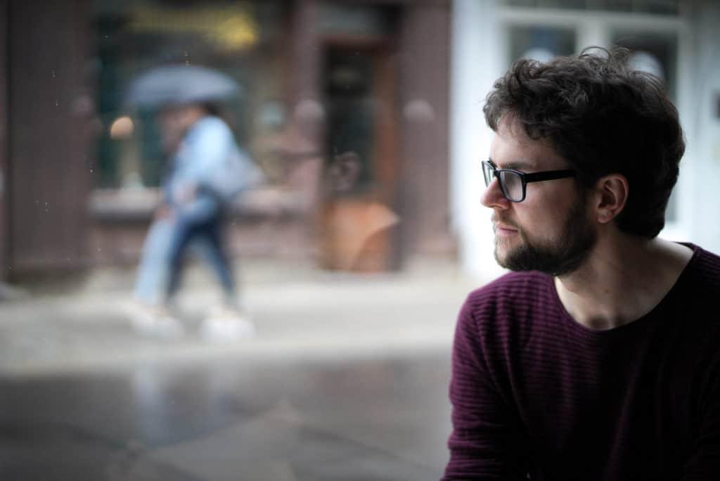 Philipp Hermann schaut aus dem Fenster