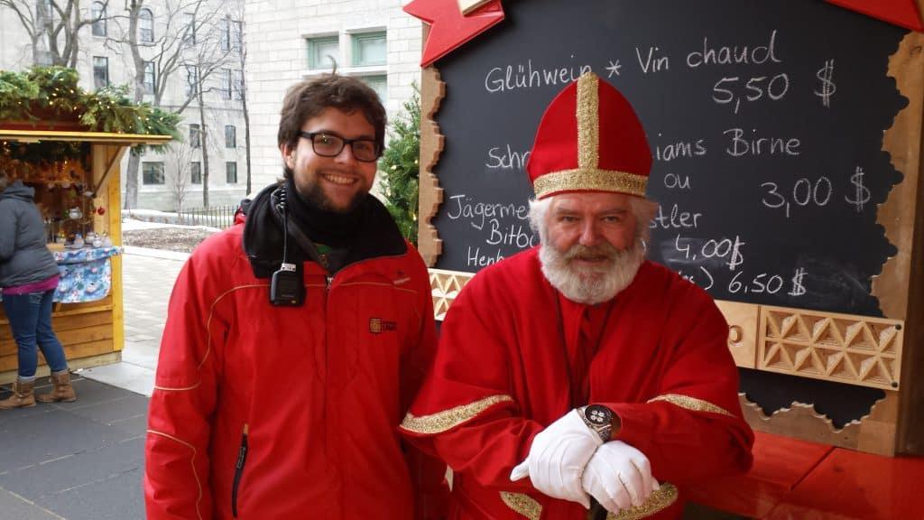 Philipp mit dem Nikolaus auf dem Deutschen Weihnachtsmarkt Québec