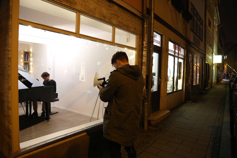 Julius Dürrfeld filmt Philipp Hermann beim Klavierspielen