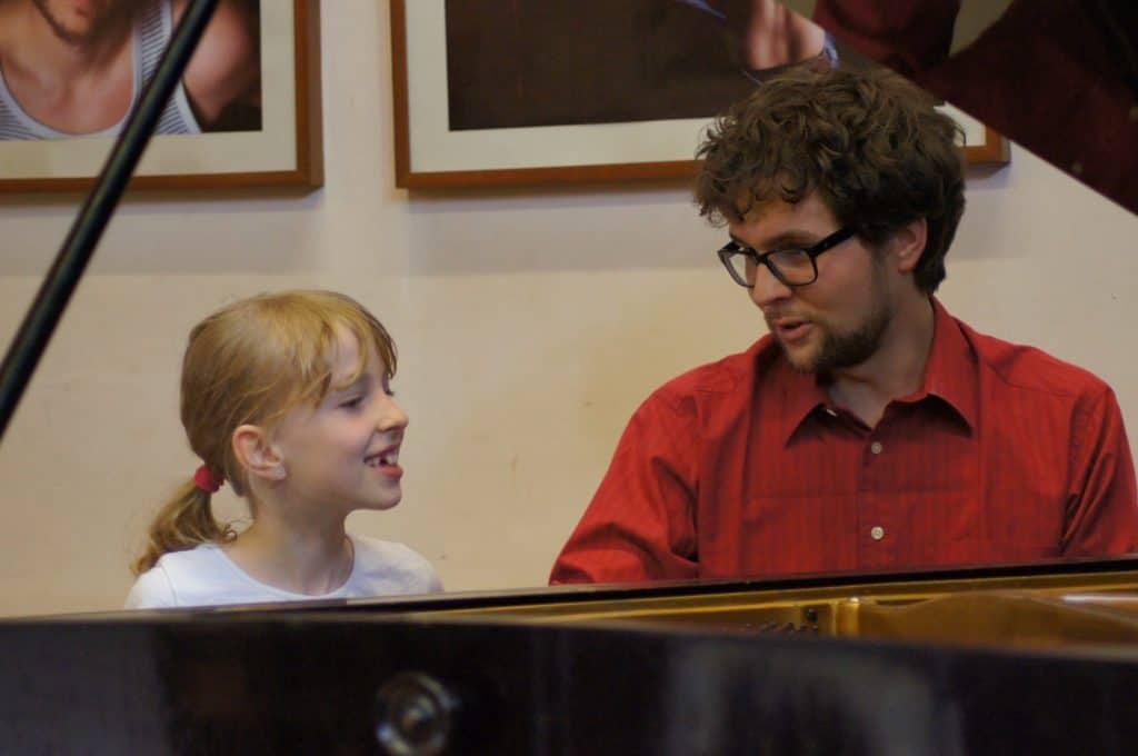 Philipp mit Schülerin am Klavier
