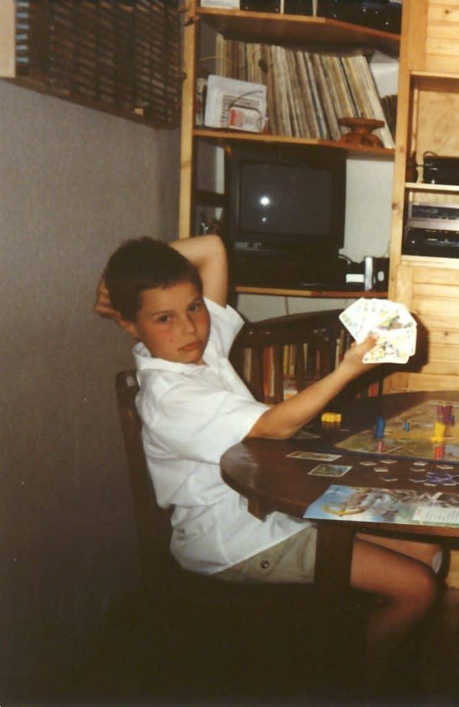 Philipp als Kind mit Spielkarten in der Hand