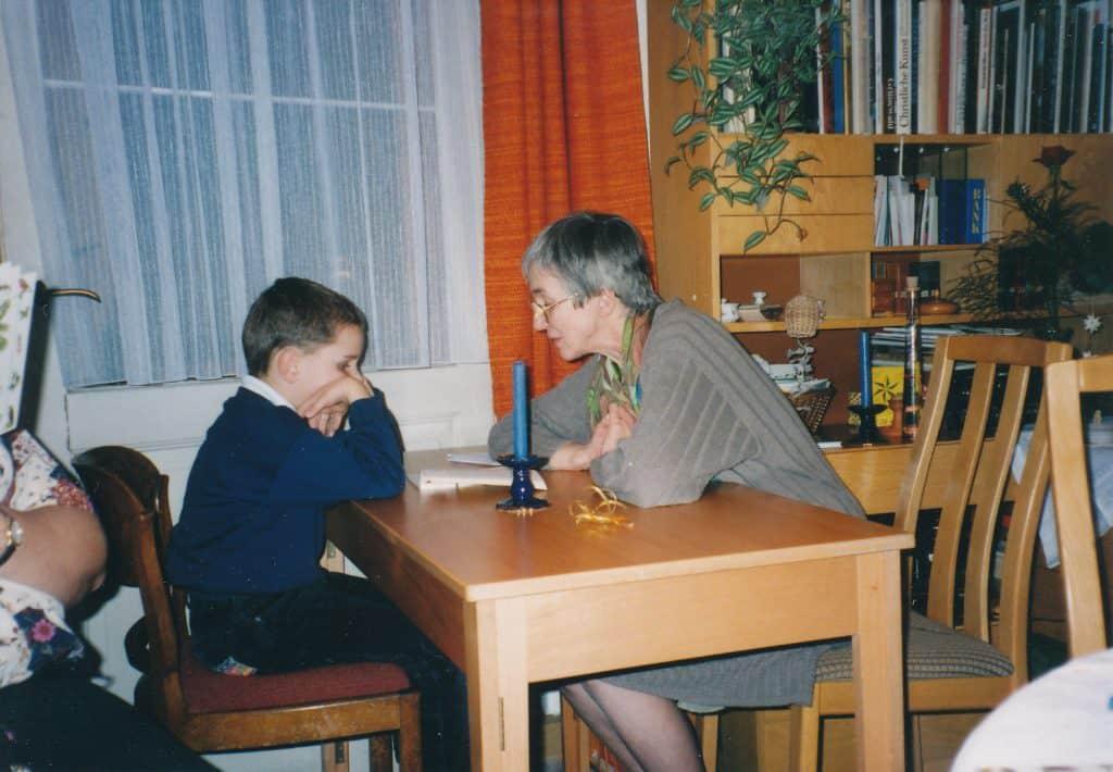 Philipp mit Oma am Tisch