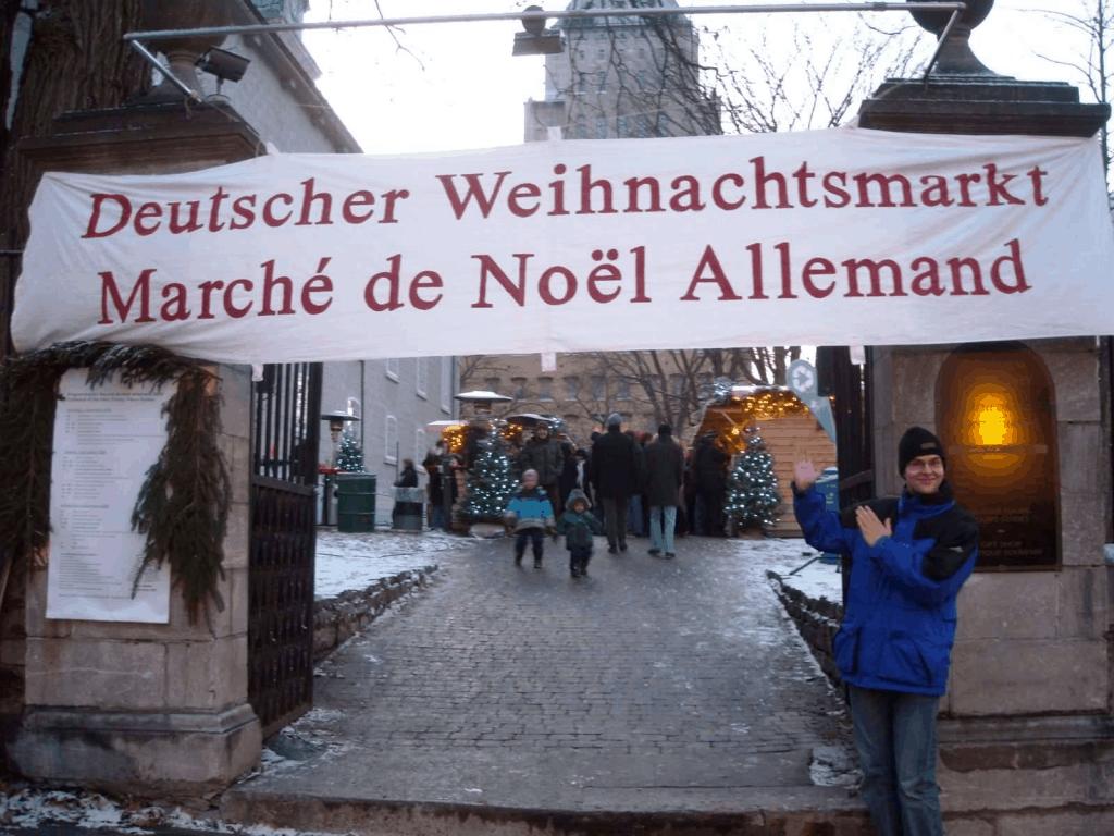 Philipp präsentiert (damals noch als Besucher) das Banner des Deutschen Weihnachtsmarkts in Québec