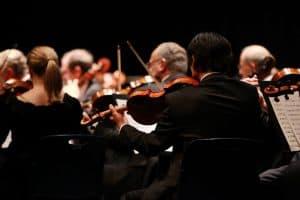 Orchester von hinten fotografiert