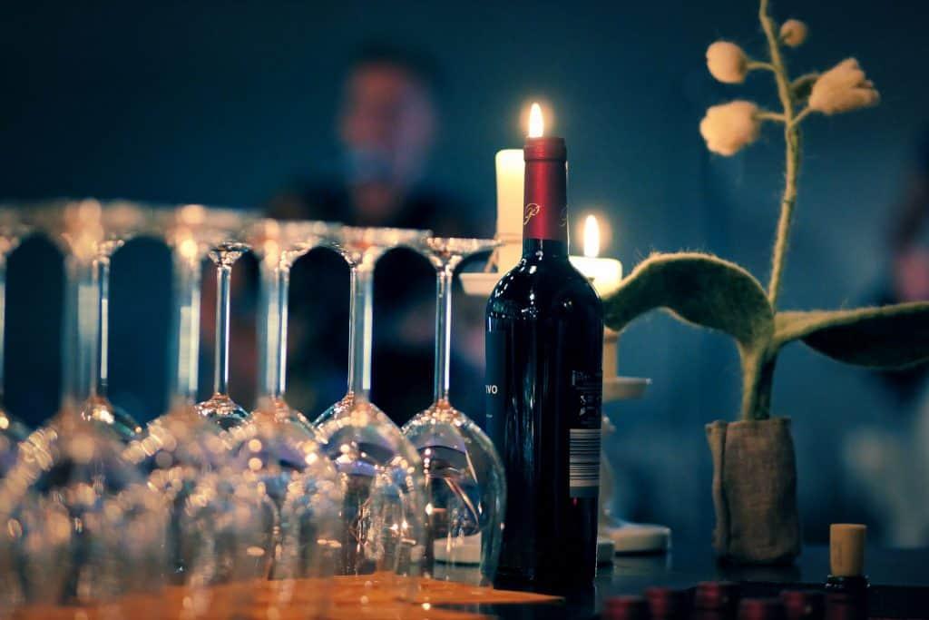 Weingläser und -flasche mit Kerze